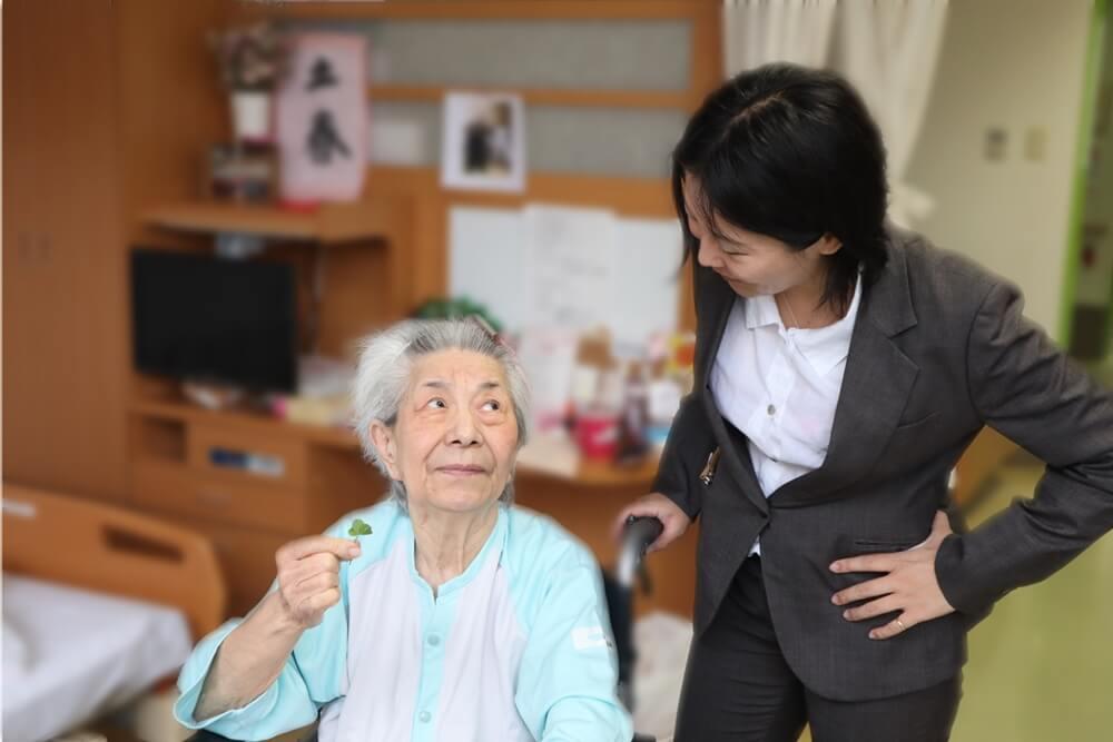 おばあさんと孫娘の写真